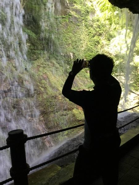 裏から見る滝