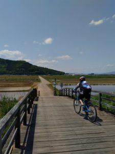 風情ある木製橋から小布施に帰る自転車女子
