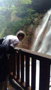 雷滝滝つぼを覗く