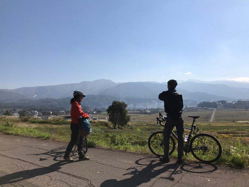 野沢温泉村を望む道