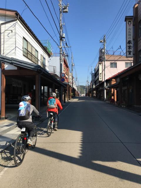 飯山仏壇通りを自転車で
