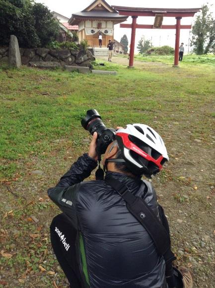 飯山巨木を巡るサイクリング 加保戸神社で撮る人