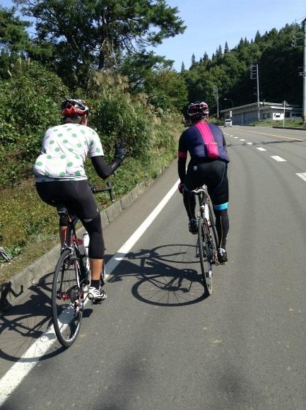 飯山巨木を巡るサイクリング 抜かしていくローディーさん