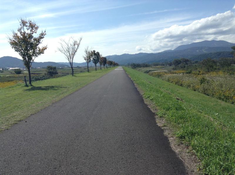 飯山巨木を巡るサイクリング まっすぐな道