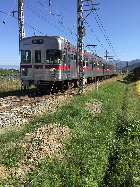 長野電鉄桜沢駅近く 電車が来た