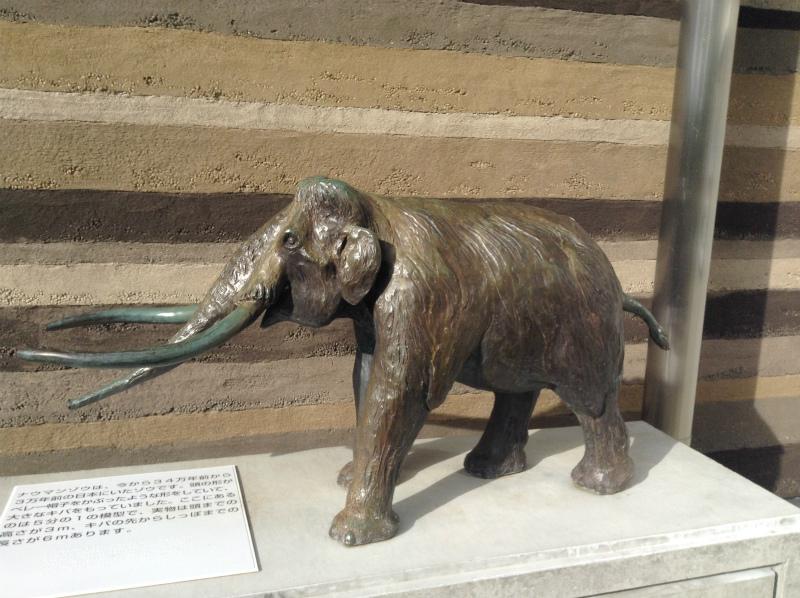 ナウマンゾウ博物館のナウマン像