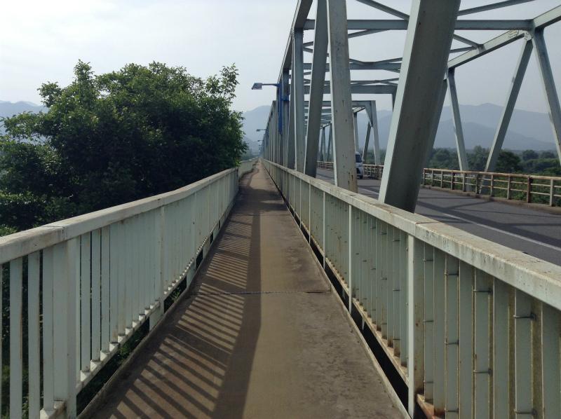 小布施橋を渡る