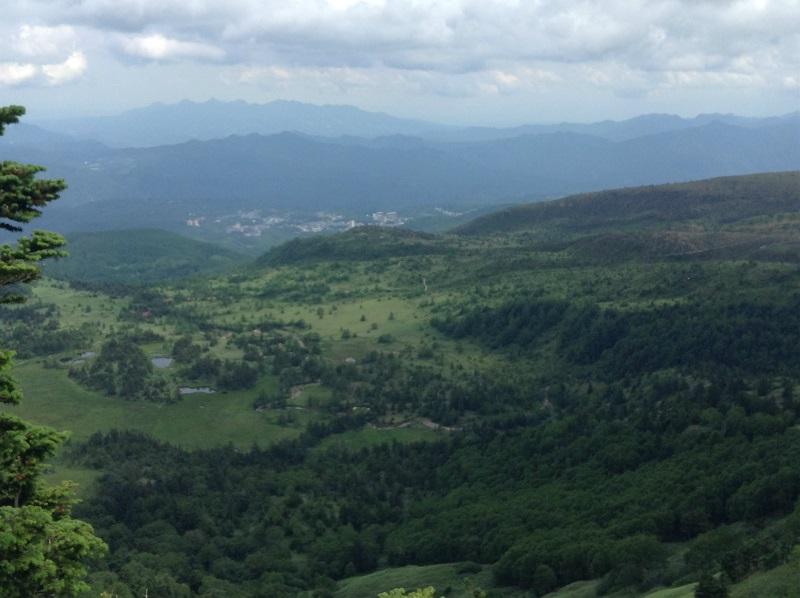 渋峠から草津を眺める