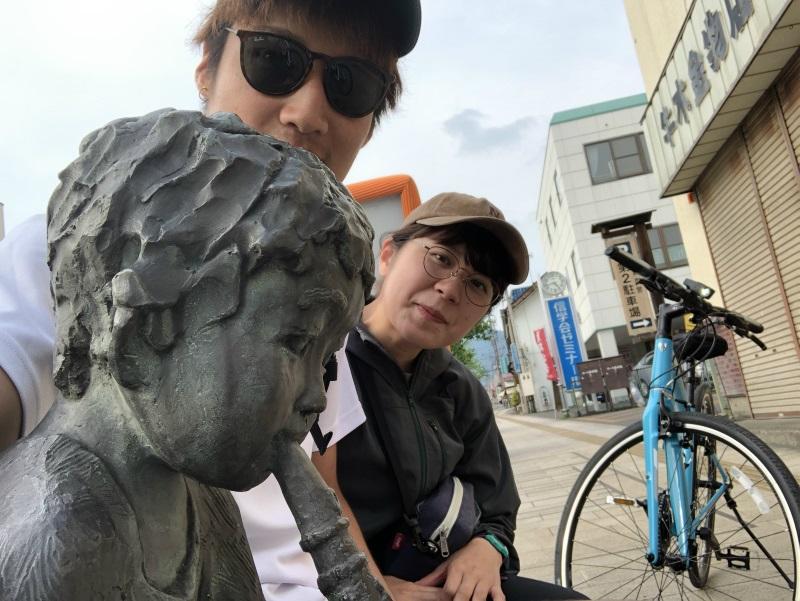 信州中野市内 銅像のいるベンチ